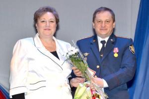 Благодарственное письмо руководства района М.А. Мякишева вручила младшему инспектору отдела охраны А.А. Бабенышеву
